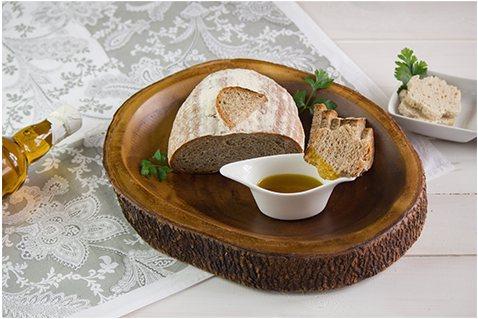 chleb, miska i olej rzepakowy