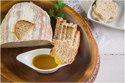 chleb namoczony w oleju rzepakowym na tle miski